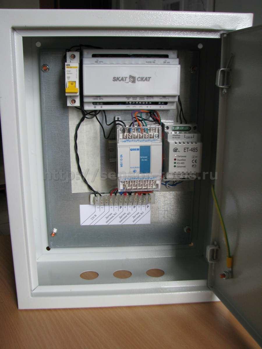 Управляющий шкаф системы мониторинга давления в трубопроводе многоквартирного дома.